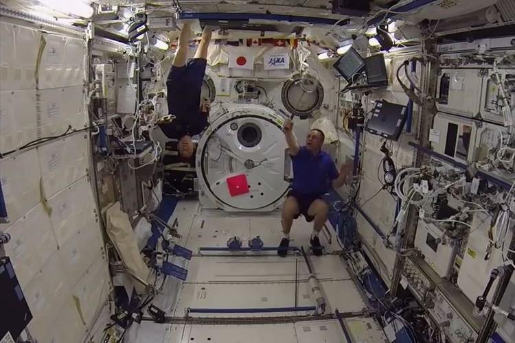 """宇宙船内で行われた""""無重力状態でのバドミントン""""が別のスポーツのようで楽しそうだ"""