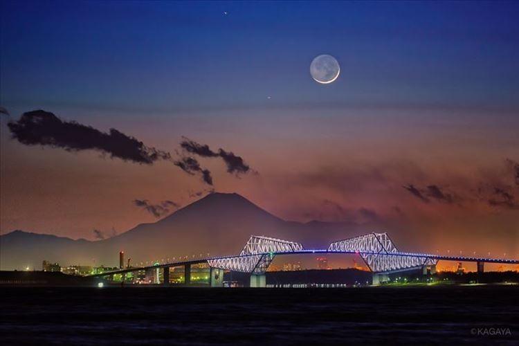 月と富士山と東京ゲートブリッジ…自然と人工物が織りなす幻想的な光景に反響