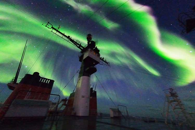 隊員たちへ…自然からの贈り物 海上自衛隊が船上から南極のオーロラを観測!