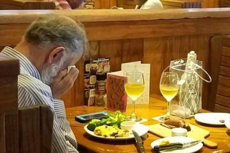 お店のテーブルで涙するひとりの男性…その理由に心を打たれる