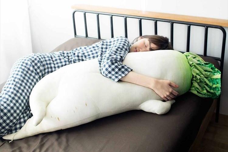 もちふわで気持ち良さそう!リアルに再現された『セクシー大根抱き枕』が超可愛い