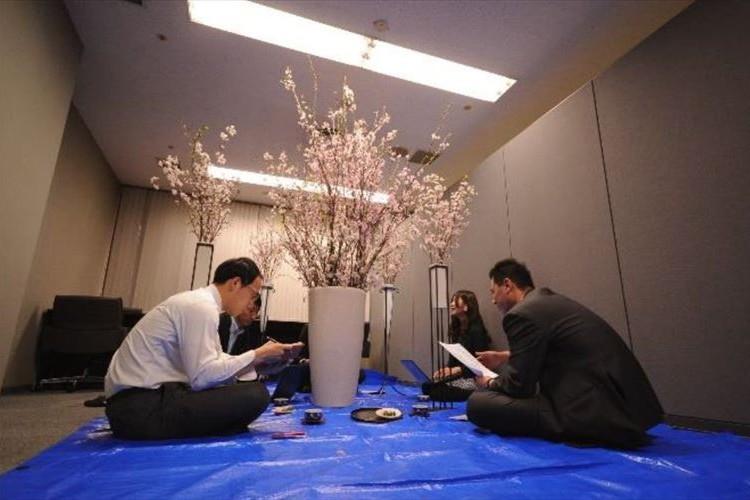 室内に本物の桜の木!斬新な期間限定サービス「花見会議室」がシュール極まりない