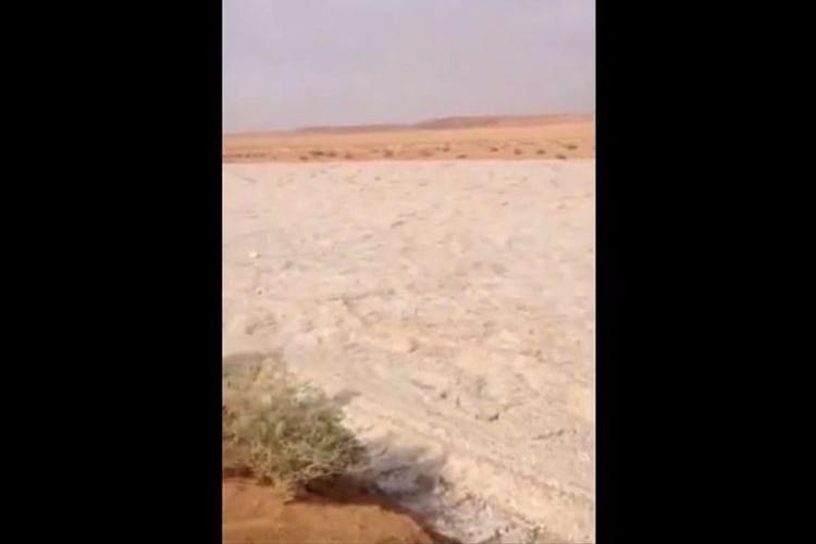 イラクで発生した珍現象…砂の川のように見えますが、実は砂ではなかった!