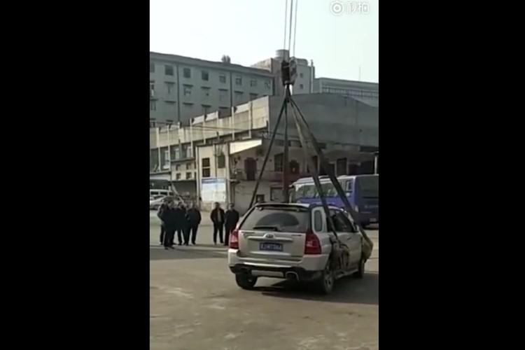 中国で違法駐車していた車がみるみるうちに上空へ…どこへ持っていった!?
