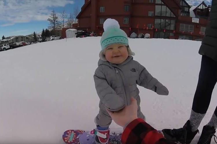 1歳でこの滑り!将来性豊かな1歳のスノーボーダーが話題に!