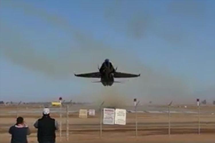 【ド迫力】アクロバット飛行隊「ブルーエンジェルス」が至近距離で急上昇開始!