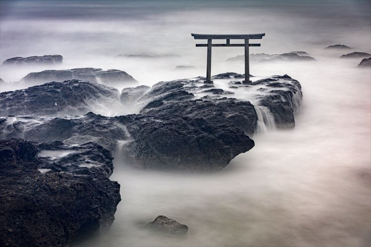 ここ本当に日本!?大洗磯前神社で撮影した【奇跡の1枚】が超神秘的だった
