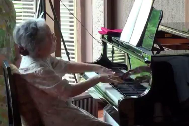 85歳のおばあちゃんのピアノがすごい!滑らかな指さばきと深みある演奏に称賛の声