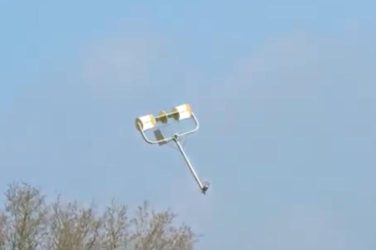 なぜこれで飛べるの!?アンテナのようなラジコン飛行機が空を舞う映像