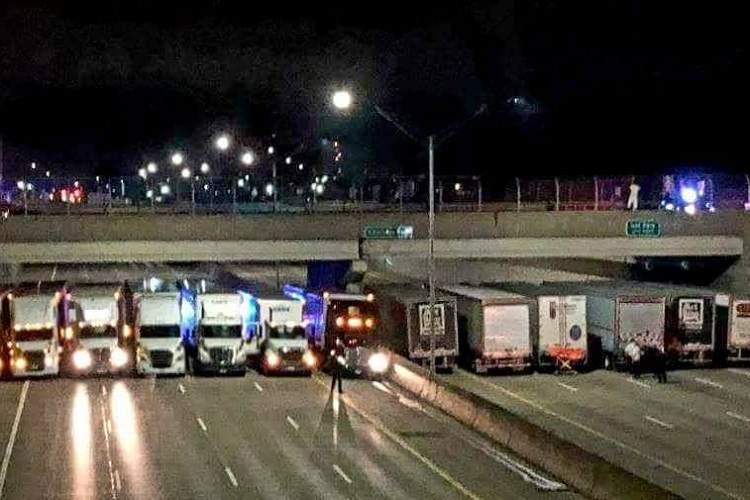 【トラック野郎が結託!】飛び降り自殺をはかろうとした男性を13台の大型トラックが阻止