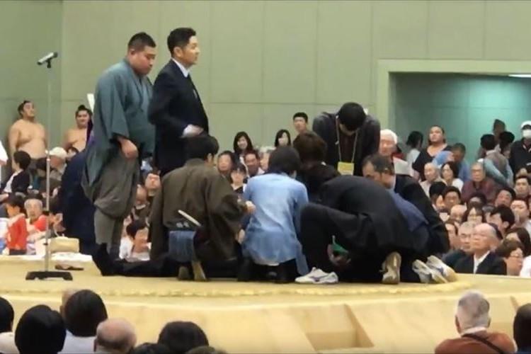 「人の命をなんだと…」相撲会場で市長が倒れる→救命女性に「女性は土俵から降りて下さい」とアナウンス