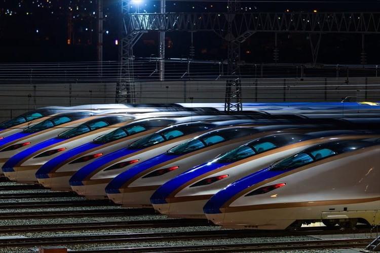 """まるで""""宇宙のように見える""""?夜明け前の長野駅で撮影された新幹線が神秘的!"""