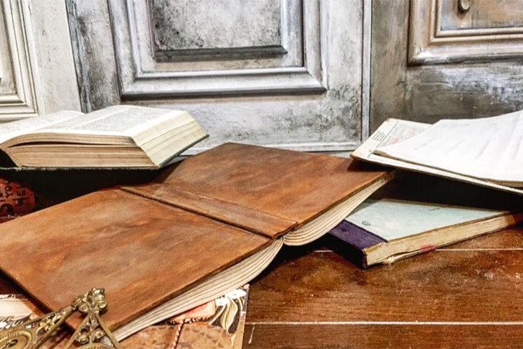"""この中で1冊だけ""""木""""で作られた洋書があります。さて、どの本でしょう?"""