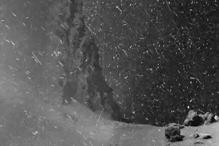 粉雪が降り注ぐよう…世界で初めて彗星表面を捉えたGIFアニメが話題に!