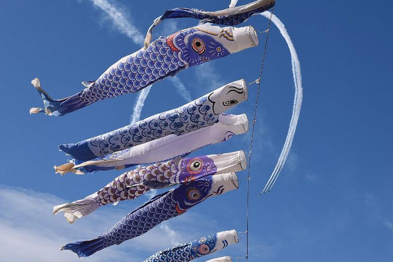 """天国にいる子供たちの鎮魂…ブルーインパルス&青い鯉のぼり、そして""""GLAY鯉のぼり""""で大空に希望を描く!"""