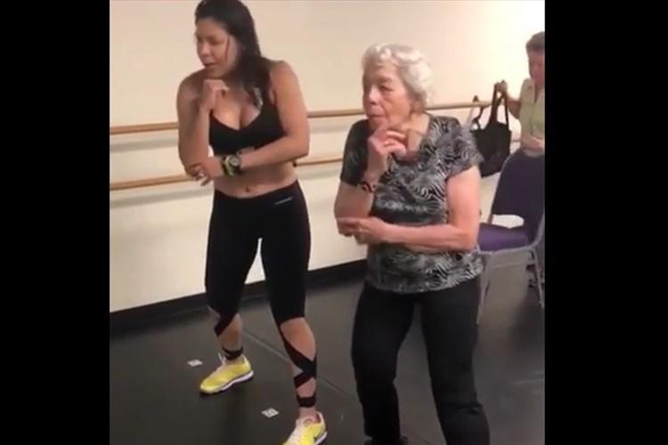 軽快なステップを披露!キレッキレのお婆ちゃんのダンスに目が釘付けになる