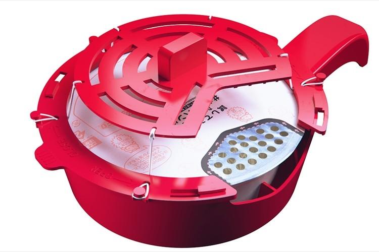 日清U.F.Oのふた裏のキャベツを除去する大掛かりなアイテムを発表。それよりキャベツがくっつかない蓋を開発しろ(笑)