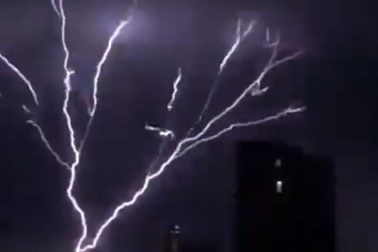 イギリス南部で4時間に約15,000回も落雷!同時に発生した『雷樹』が怖すぎて震える!