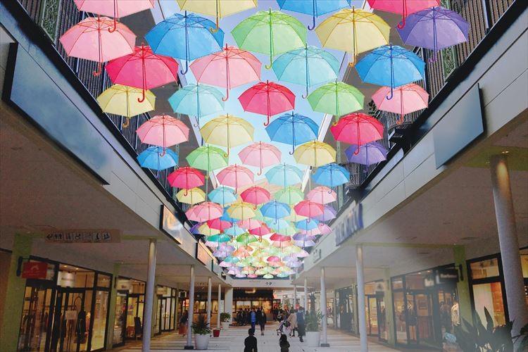 カラフルな傘が織りなすフォトジェニックな世界…「JAZZ KASA Art」が幻想的!