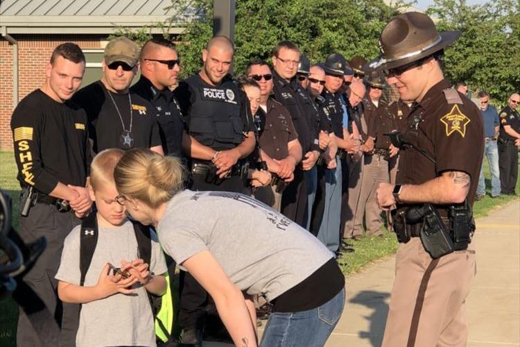 5歳の少年の父が殉職…同僚の警察官70人が彼のためにしたこととは