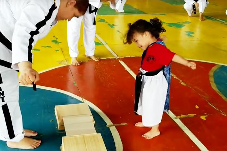 「お願いしま〜ちゅ!」板割りに挑戦する女の子…最後の必殺技に思わず胸キュン♡
