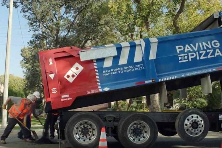 素晴らしい取組み!ピザを安全に届けるために…ドミノピザが道路を補修するキャンペーンを実施!