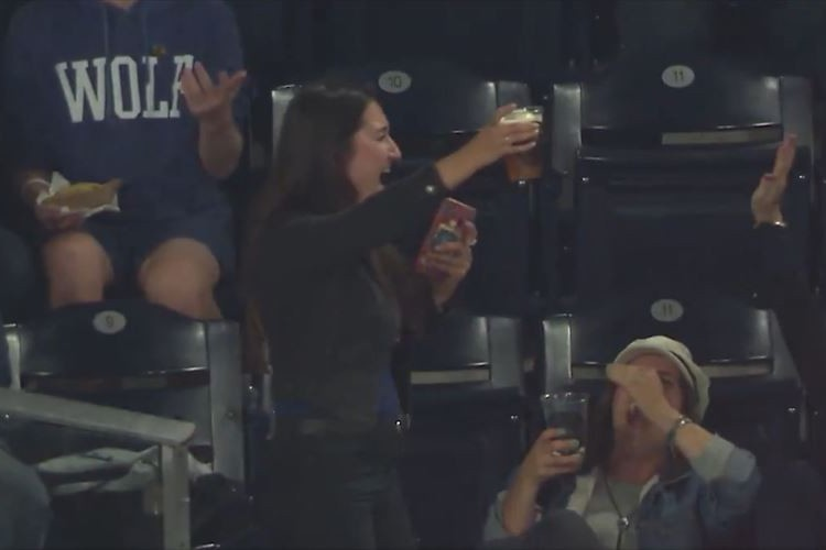 メジャーリーグの球場で起きた奇跡のカップイン!ファウルボールがそんなところへ!?