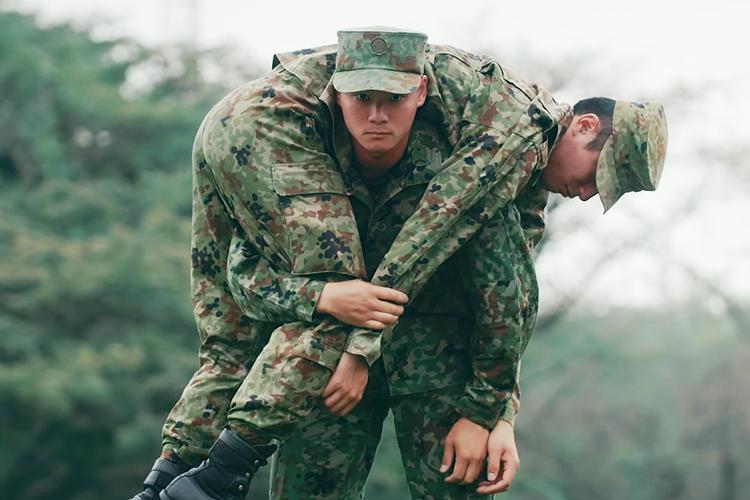 簡単な知識で救える命がある!陸上自衛隊が実践している「一人でもできる、けが人の運び方」