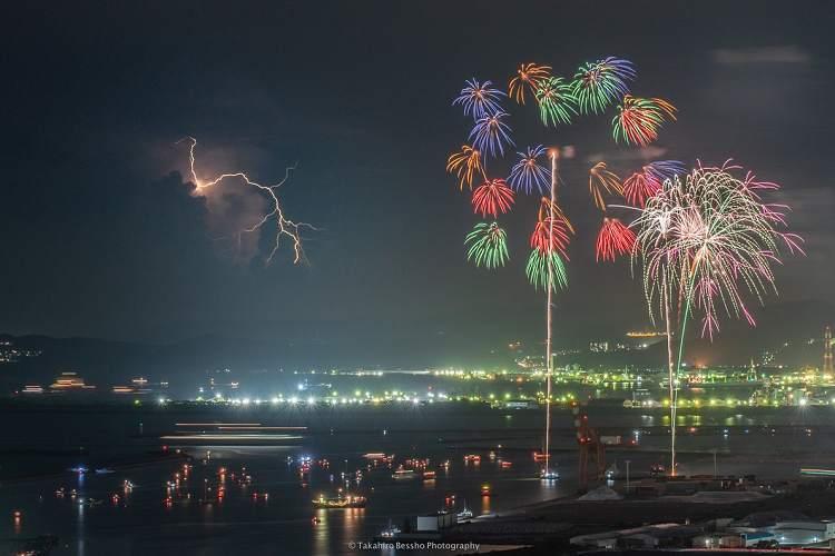 """『花火』と『雷』が同時に…!?和歌山港まつりで撮影された""""奇跡の一枚""""がスゴイ!"""