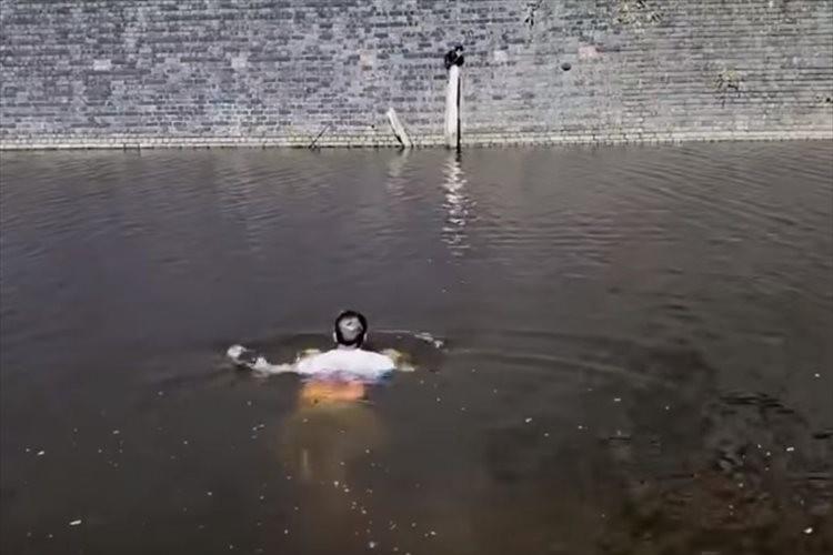 運河の真ん中の柱にニャンコが!運河を泳いで救助に向かった男性に称賛の声