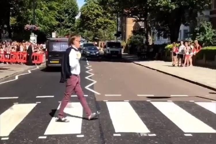 【動画】ポール・マッカートニーがアビー・ロードの横断歩道を渡り世界中のファンが歓喜!