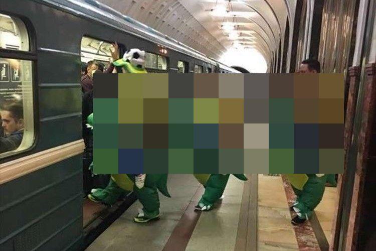 さすがW杯!モスクワの電車に乗り込もうとする、とある国のサポーターが目立ちすぎ!