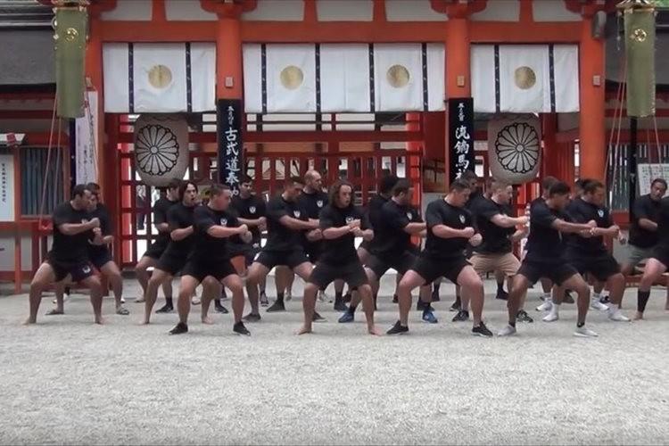 関西ラグビー発祥の地・下鴨神社でニュージランド学生代表が圧巻のハカを披露!