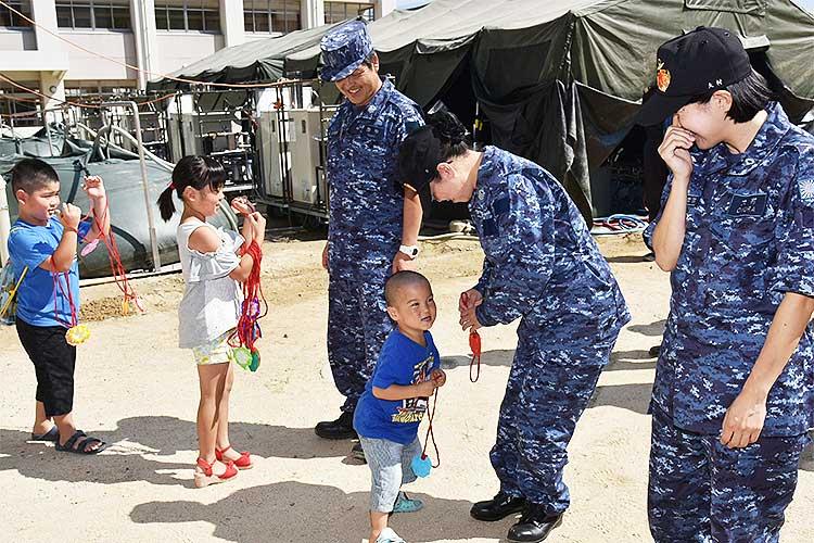 【感動】「ありがとう」入浴支援を行う海上自衛隊の方々へ…手作りメダルを送る子供たち