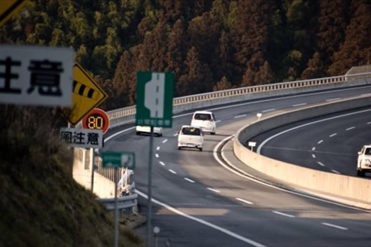 高速道路で降りるべき出口を通過してしまっても、「特別転回」で無料で戻れる