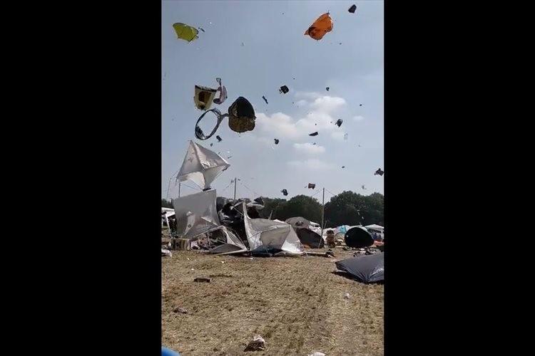 【動画】野外フェスでつむじ風が発生!数えきれないほどのテントが宙を舞う異様な光景