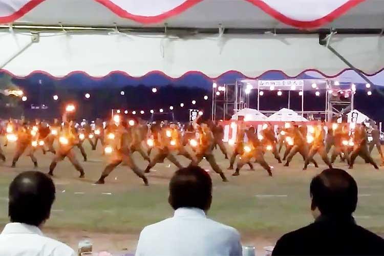 【陸上自衛隊】同じ釜のメシを食う仲だから…新入隊員たちが3ヵ月の厳しい教育の傍ら練習したダンスを駐屯地祭りで披露!