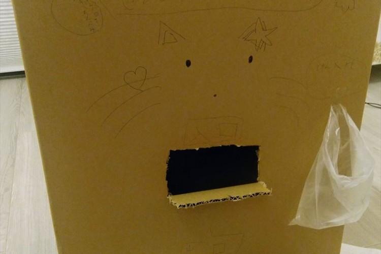 """「この穴に洗濯物を入れたら畳まれて出てくるよ」…娘が作った""""洗濯物畳みマシーン""""が可愛いと話題に!"""