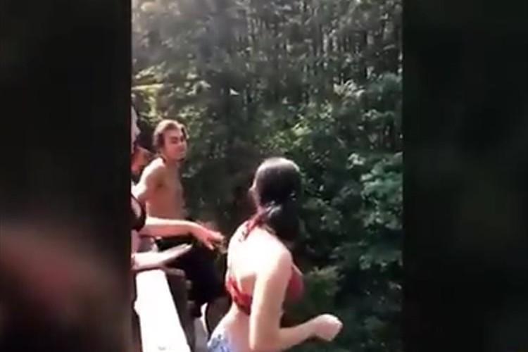 【動画】友人に押されて18メートル下を流れる川へ落下…一命をとりとめるも肺に穴が開くなどの重傷