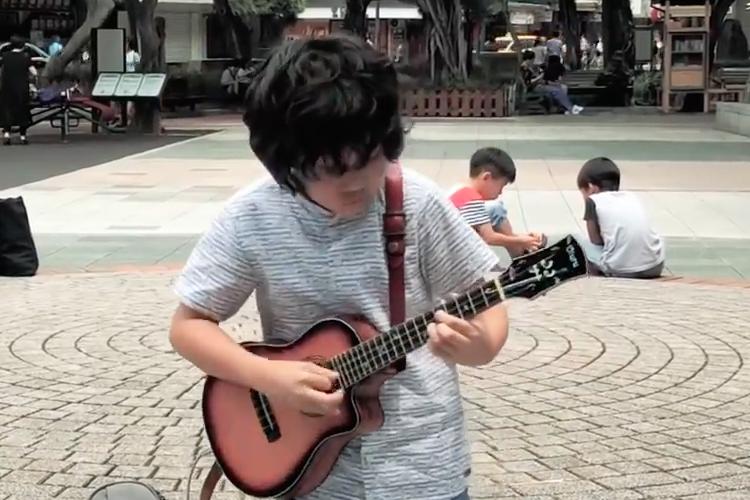 激しく情熱的なカッティングが炸裂!11歳の天才ウクレレ少年が台湾にいた!