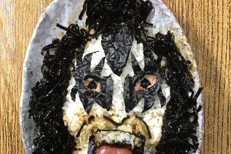 舌がめっちゃリアル!KISSのジーン・シモンズを再現した海苔ご飯がクオリティー高いと話題に