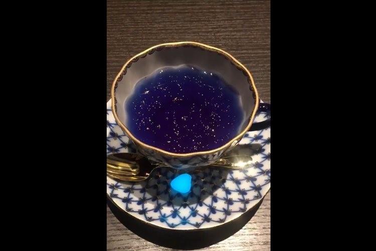 「まるで小宇宙のよう…」宮沢賢治『銀河鉄道の夜』をテーマとした飲み物の変化する様子が美しい