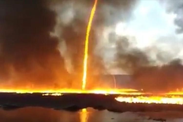 """【動画】竜巻を起こしながら燃え上がる炎…イギリスで発生した""""火災旋風""""が恐ろしすぎる!"""