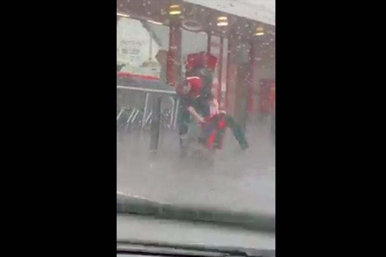 店の前でつながれていたワンコが大雨でびしょ濡れ…それを見た店員の行動に称賛の声