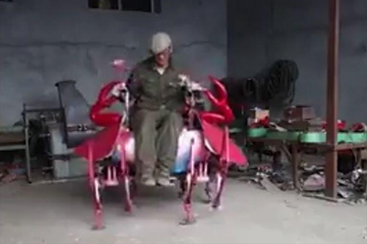 ガシャガシャと激しく揺れながら歩くカニのロボットが面白い!中国の農家が発明