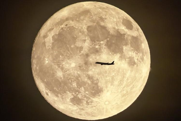 美しい中秋の名月 横切っていく飛行機も重なって幻想的な光景に…「E.T.の名場面を思い出す」等の声も