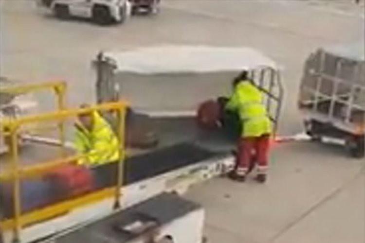 「これは酷すぎる!」空港で客の荷物を次から次へと放り投げるスタッフに怒りの声