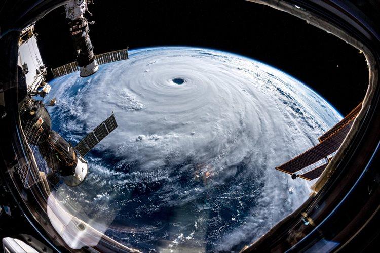「誰かが地球の巨大な栓を抜いたよう…」台風24号を宇宙から撮影した写真に反響