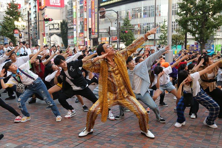 江南スタイル、PPAPに続くダンスチューンはV.Iダンスか!?新宿にサプライズフラッシュモブが出現!そこにピコ太郎も登場!
