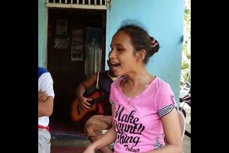 ホイットニー・ヒューストンを歌う盲目のフィリピン女性、その美しい歌声に鳥肌